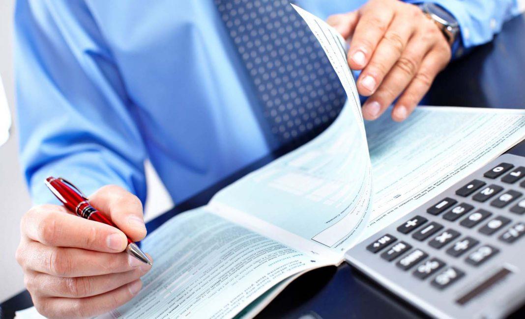 person calcul docs audirot accountant