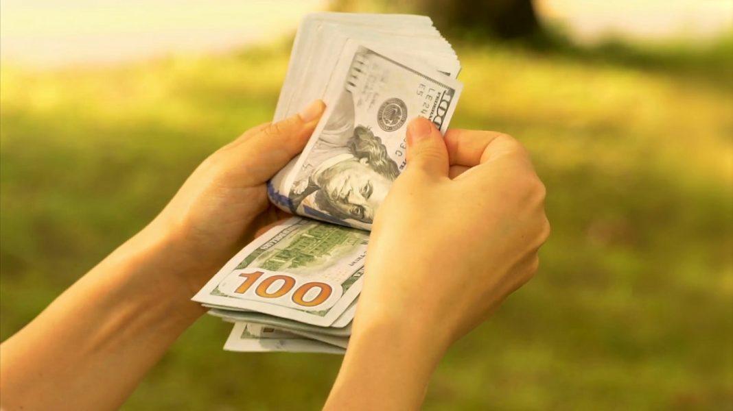 person counting 100 dollar bills e18emdsf F0000