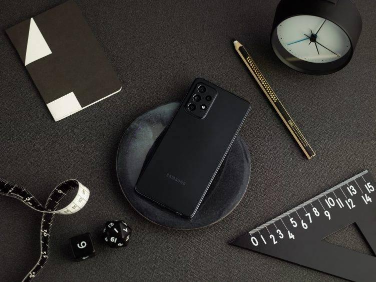 Galaxy A52 lifestyle black 751x563 1