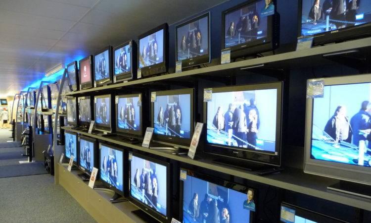 rubano televisore 65 pollici arrestati 12110817 750x450 1